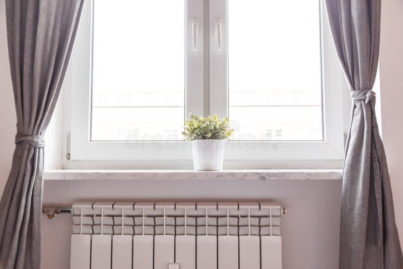 Fenster und Heizkörper im Raum stockbild
