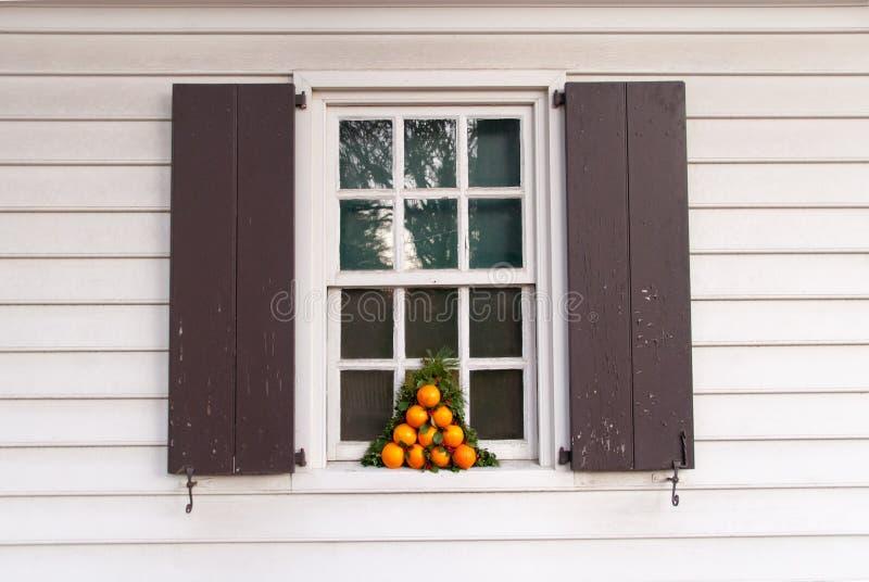 Fenster verziert mit Orangen für die Feiertage lizenzfreie stockbilder