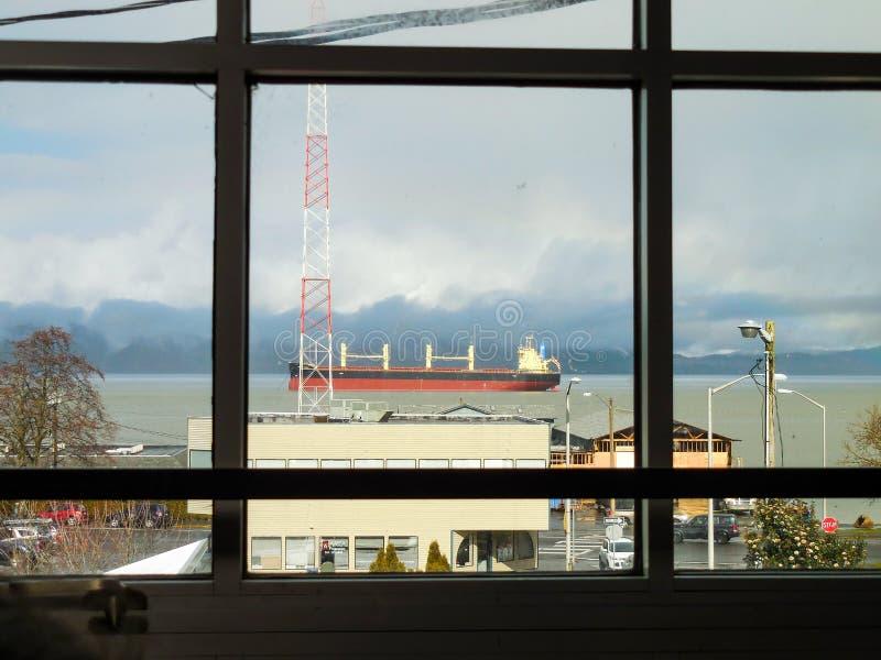 Fensteransicht eines Frachtschiffs stockbild