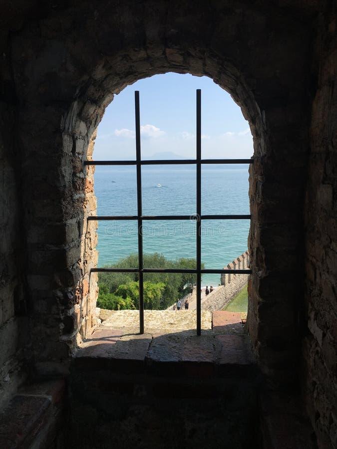 Fensteransicht von See Garda stockbilder