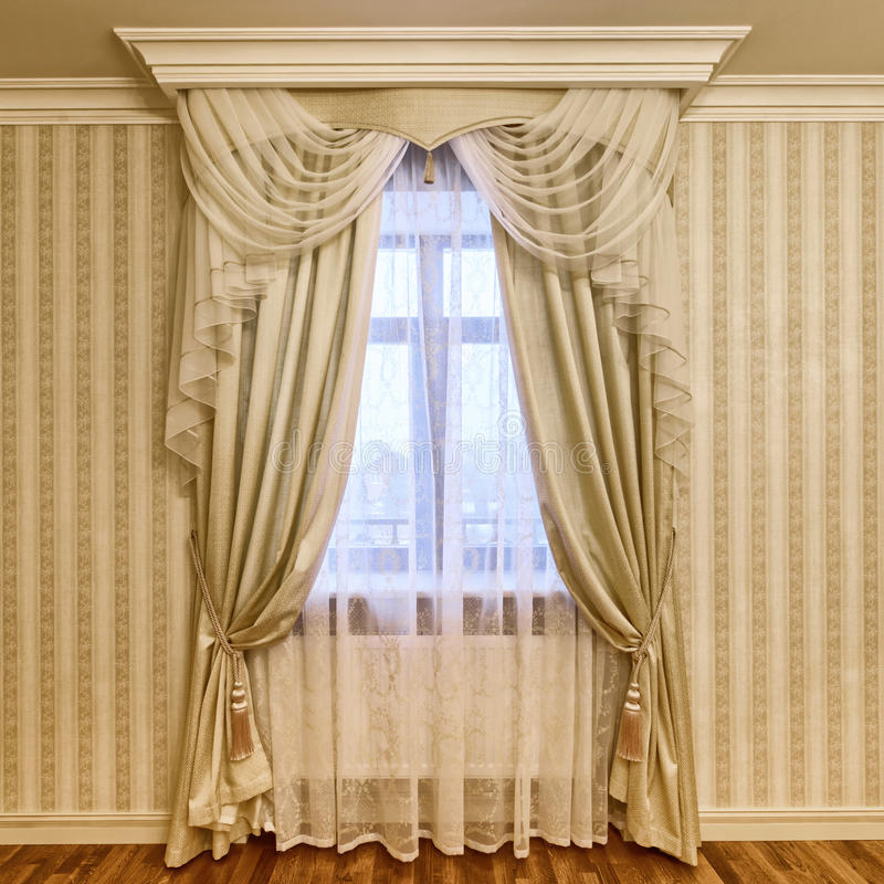 Fensterdekorationsvorhänge stockbild