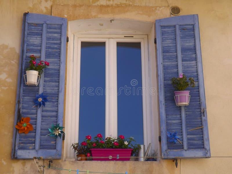 Fensterfensterläden in Provence lizenzfreie stockfotos