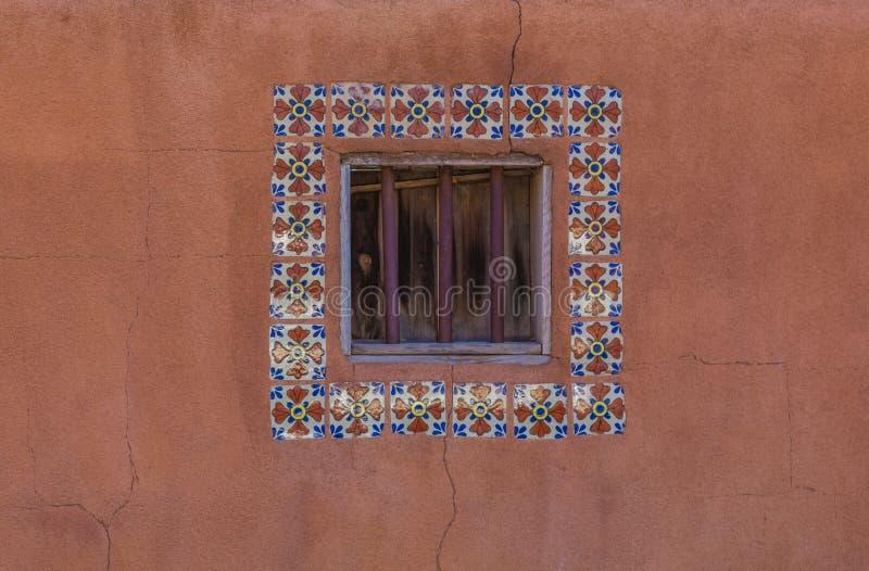 Fensterfliesen auf einer Lehmziegelmauer lizenzfreies stockbild
