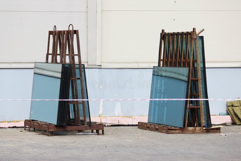 Fensterglasgrün auf dem Stand bereitete sich für Ersatz während der Reparatur eines großen Geschäftszentrums vor stockbilder