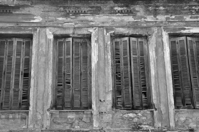 Fensterläden der zerbrochenen Fensterscheibe lizenzfreies stockbild