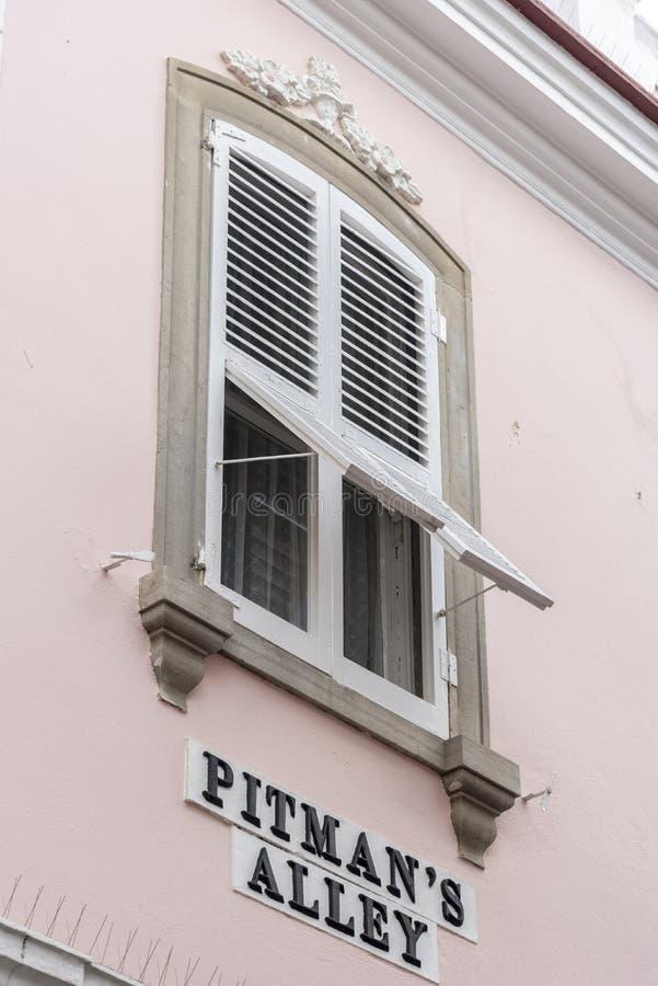 Fensterläden geschlossene Fenster Bergmanns-Gasse Gibraltar lizenzfreie stockbilder