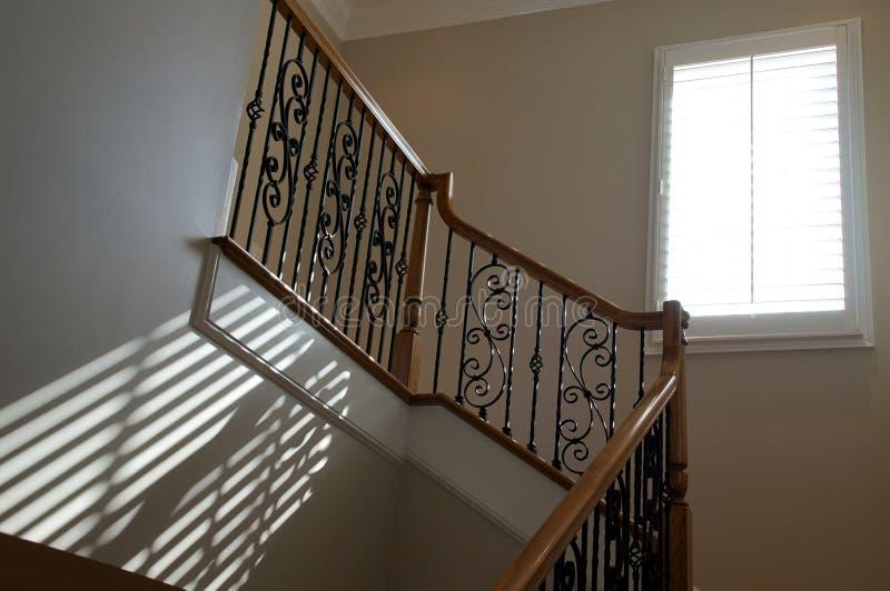 Fensterlicht auf Treppenhaus stockbilder