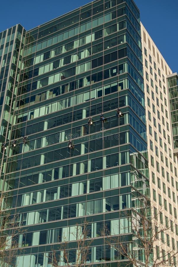Fensterputzer auf Süd-Boston-Bürogebäude stockfotos