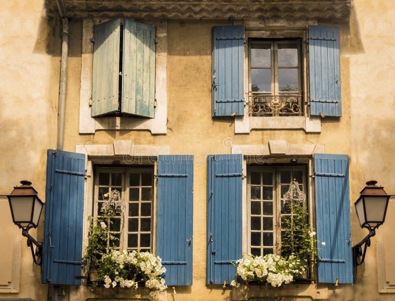 Fensterrahmen im alten Viertel von St. Remy de Provence lizenzfreie stockbilder