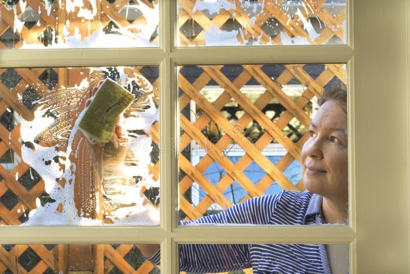 Fensterreinigung an einem sonnigen Tag lizenzfreies stockbild