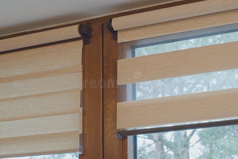 Fensterrolle, Duosystem Tag und Nacht stockfoto