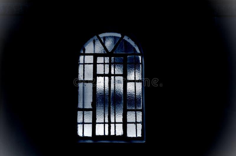 Fensterschwarzes und Blaues im dunklen Abschluss oben stockfotografie