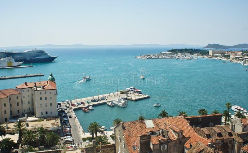 Fente, Croatie - 07 22 2015 - vue aérienne de la côte de la tour de cloche, port avec des bateaux, beau paysage urbain, jour enso photos libres de droits