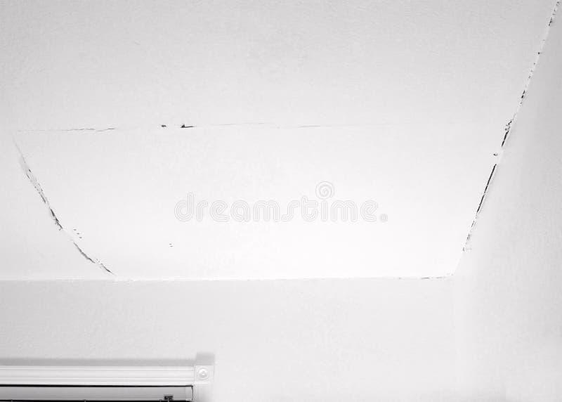 Fente dans le plafond et coin avec le mur photographie stock libre de droits