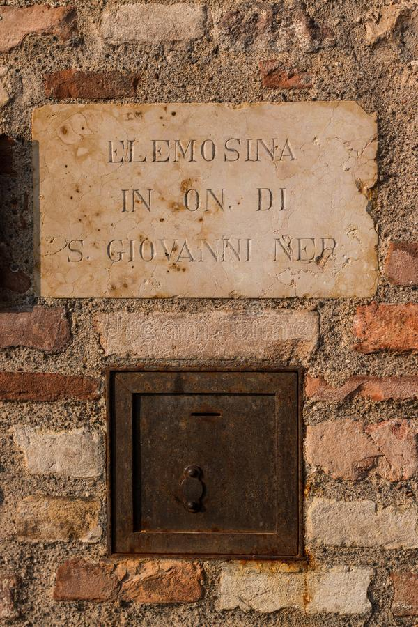 Fente de offre de boîte en dehors de vieille église en Italie images stock