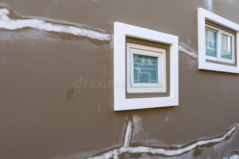Fente de réparation sur le mur de maison avec le plâtre de revêtement de lait écrémé photo libre de droits
