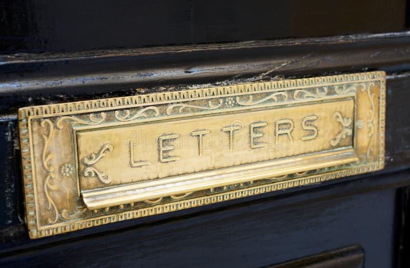 Fente en laiton de bo te de lettre dans la vieille porte image stock image du signe cadre - Boite aux lettres sur porte d entree ...
