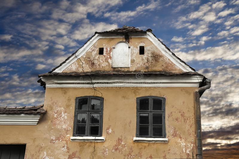 Fente géante sur la façade d'une vieille maison saxonne médiévale dans Sza image stock