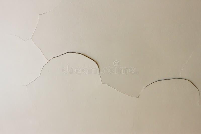 Fente sur le plafond de blanc de plaque de plâtre photographie stock