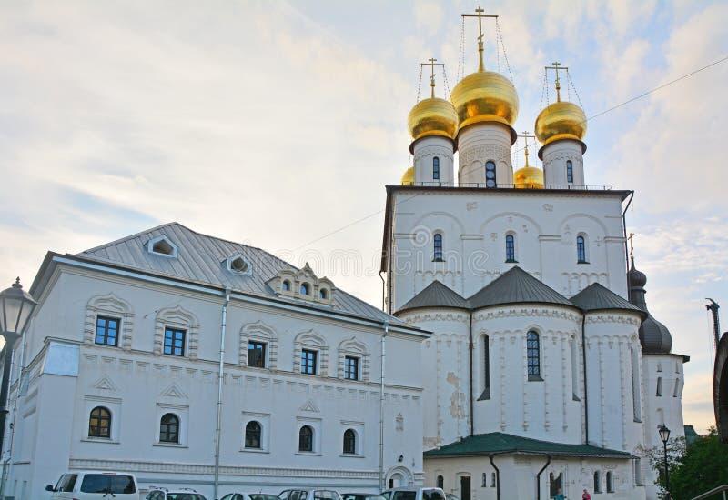 Feodorovsky大教堂pricht和后面门面的议院在圣彼得堡,俄罗斯 图库摄影