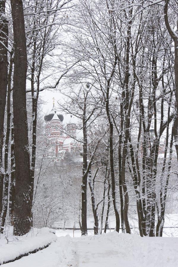 Feofaniya est un parc situé dans le voisinage historique de Kiev Les tours orthodoxes de cathédrale sous lui image stock