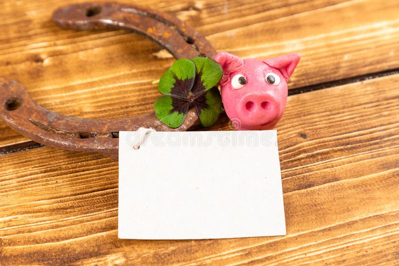 fer à cheval avec l'oxalide petite oseille vert et signe chanceux de porc pour la chance pour le jour de patricks de St photos stock