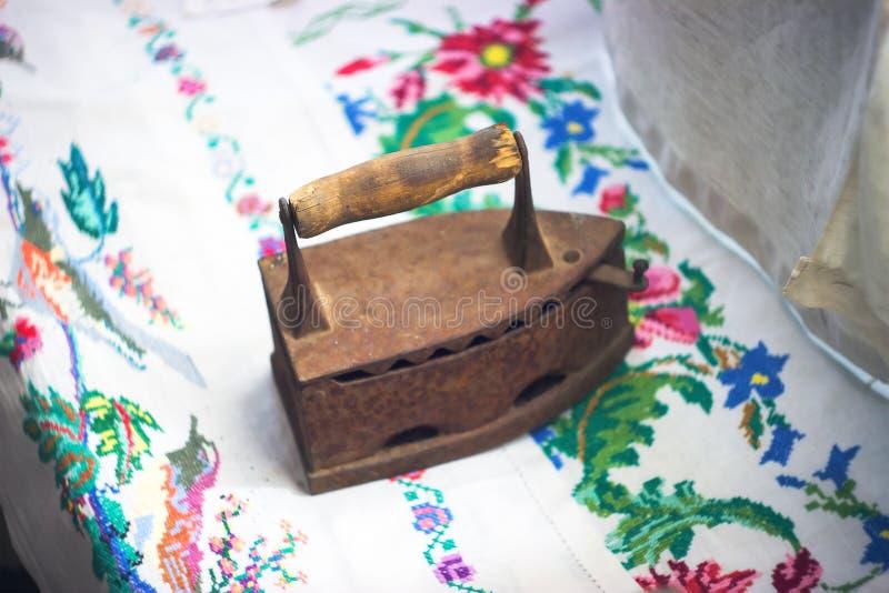 fer de vintage sur une nappe brodée photos libres de droits