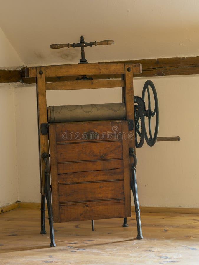 Fer rotatoire d'essoreuse en bois antique dans la chambre de grenier images stock