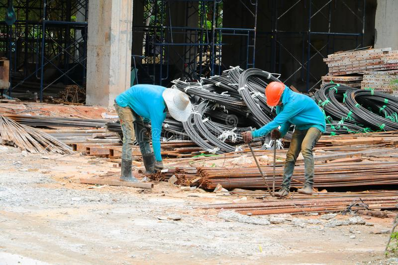 Fer travaillé de travailleurs de la construction deux images libres de droits