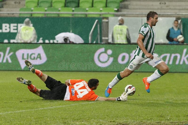 Ferencvaros contra Partido de fútbol de la liga del banco de Puskas Akademia OTP imagen de archivo