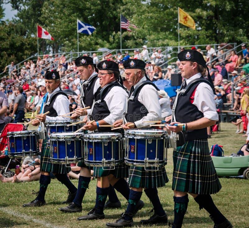 Fergus, Ontario, Canada - 08 11 2018: De slagwerkers van de Regionale de Politiepijpen en de Trommels van Durham verbinden het de stock afbeelding