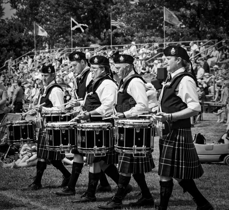 Fergus, Ontario, Canada - 08 11 2018: De slagwerkers van de Regionale de Politiepijpen en de Trommels van Durham verbinden het de royalty-vrije stock afbeelding