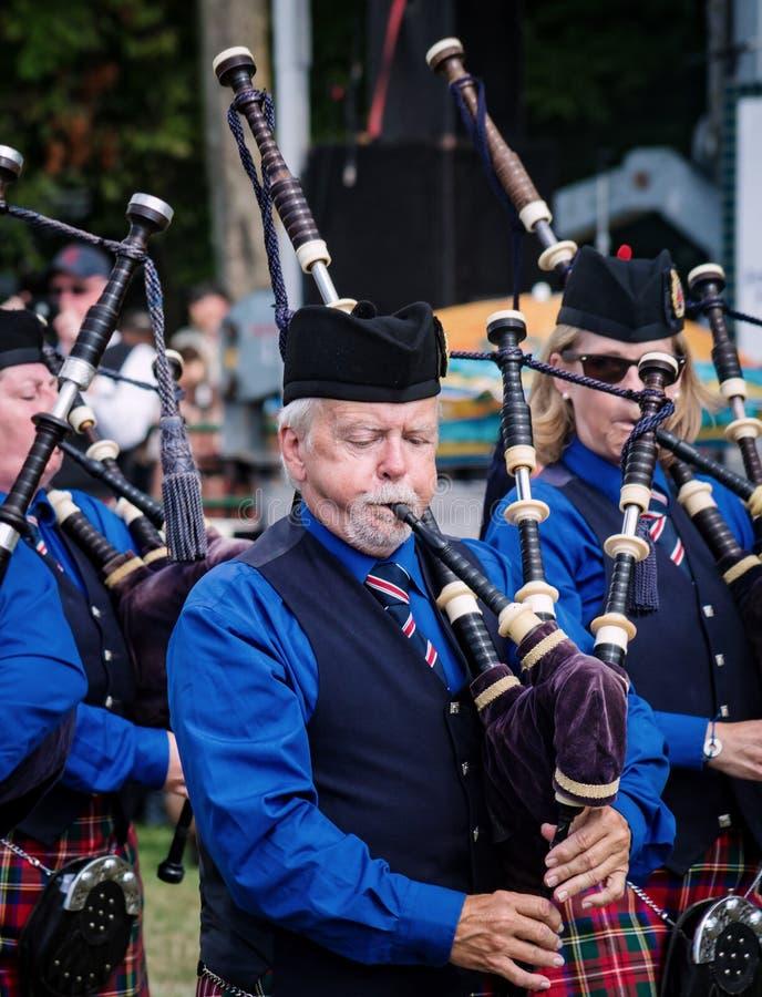 Fergus, Ontario, Canada - 08 11 2018 : Le joueur de pipeau de Hamilton Police Pipes et les tambours réunissent paricipating dans  image stock