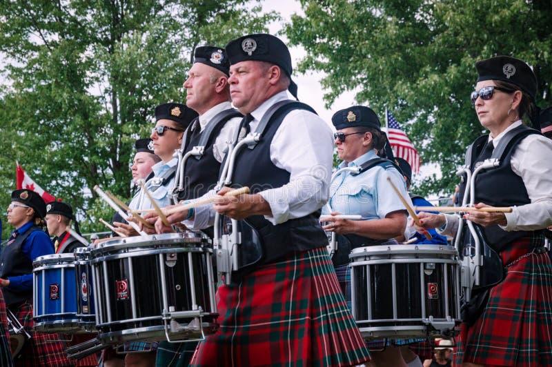 Fergus, Ontario, Canada - 08 11 2018 : Les batteurs des tuyaux et des tambours réunissent paricipating dans le concours de bande  image libre de droits