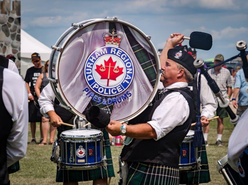 Fergus, Ontario, Canada - 08 11 2018: Slagwerker van de van de Politiepijpen en Trommels van Durham Regionale band stock foto's