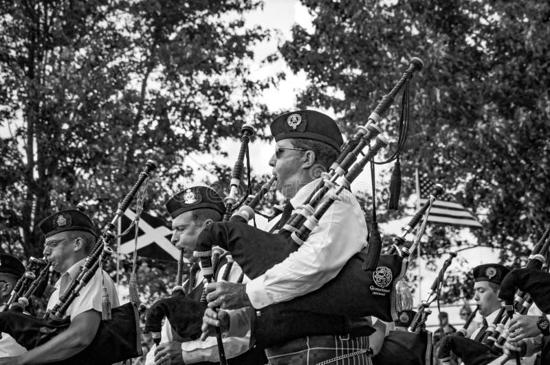 Fergus, Ontario, Kanada - 08 11 2018: Pfeifer der Rohre und der Trommeln versehen das Paricipating im Dudelsackkapellewettbewerb  stockbilder