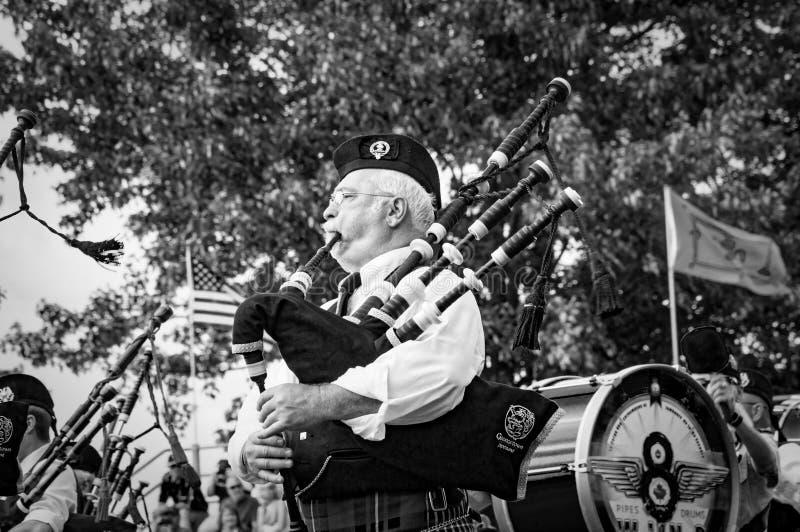 Fergus Ontario, Kanada - 08 11 2018: Pipblåsare av rören och valsarna sätter band paricipating i rörmusikbandstriden arkivbild