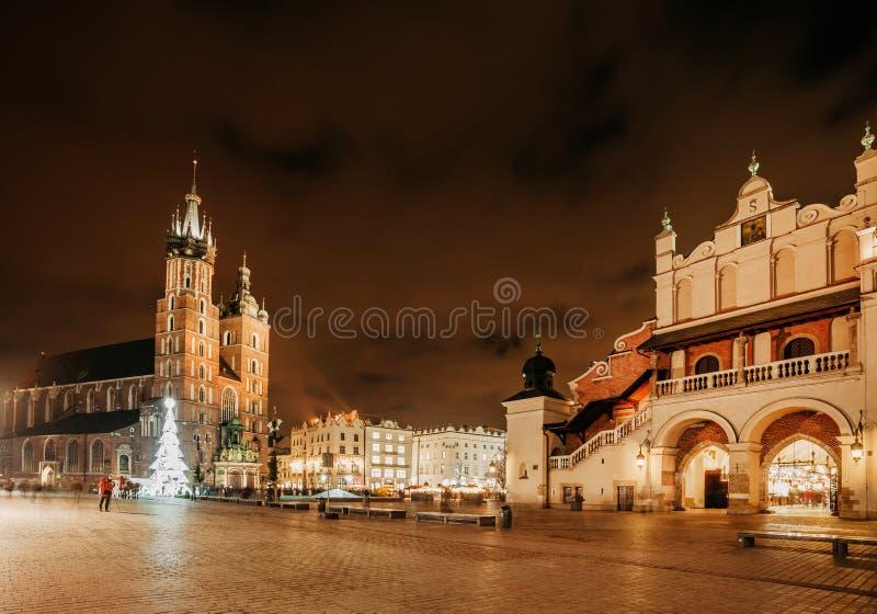 Feria en Kraków Basílica del ` principal s de la plaza del mercado y de St Mary foto de archivo