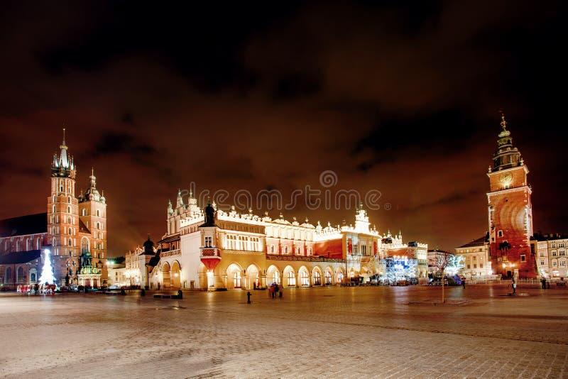 Feria en Kraków Basílica del ` principal s de la plaza del mercado y de St Mary imagenes de archivo