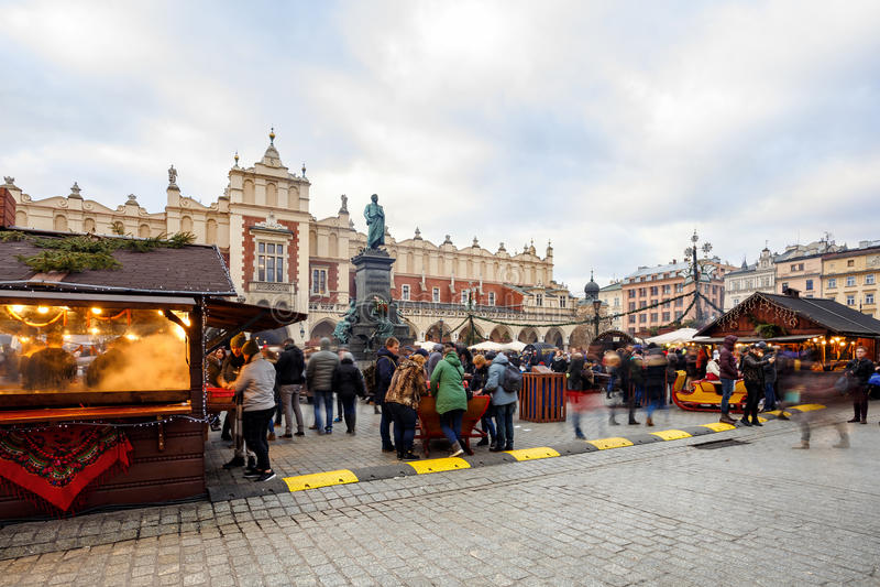 Feria en Kraków Plaza del mercado principal y Sukiennice por la tarde imágenes de archivo libres de regalías
