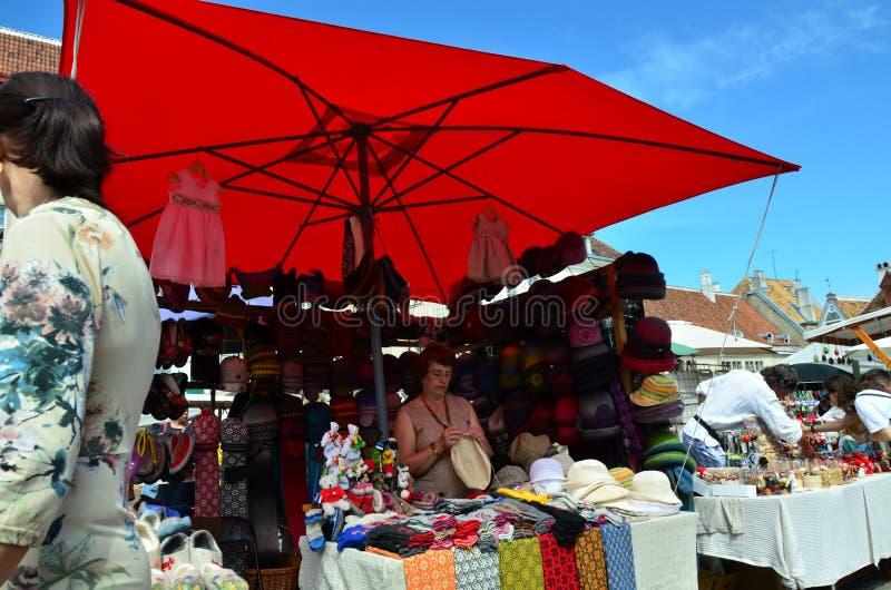 Feria en la capital de Estonia Tallinn en la ciudad Hall Square i imagenes de archivo