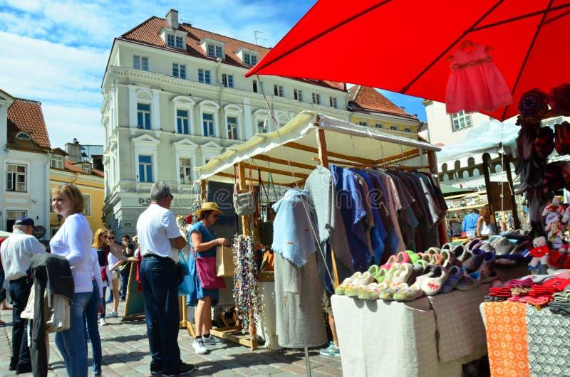 Feria en la capital de Estonia Tallinn en la ciudad Hall Square i fotos de archivo