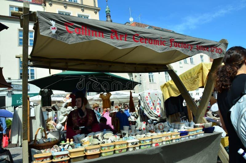 Feria en la capital de Estonia Tallinn en la ciudad Hall Square i imagen de archivo libre de regalías