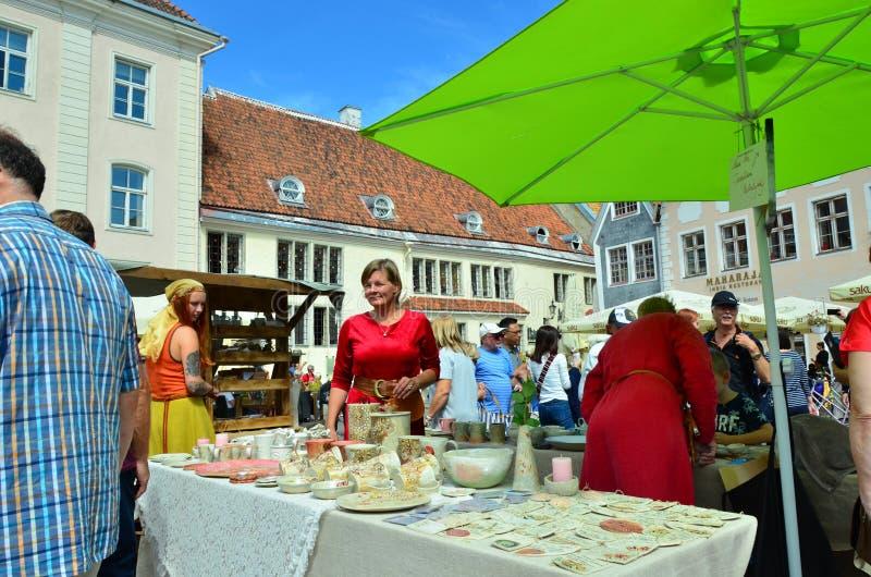 Feria en la capital de Estonia Tallinn en la ciudad Hall Square i foto de archivo libre de regalías