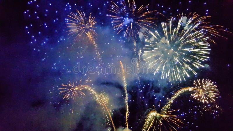 Feriado, ano novo, fogos-de-artifício, divertimento, alegria, divertimento universal, celebração, luzes, atributos do ` s do ano  imagens de stock