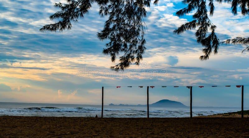 Feriado da manhã, fundo do céu e luz solar frescos sobre a praia do mar na praia de Krut da proibição, Prachuapkirikhan, Tailândi imagem de stock royalty free