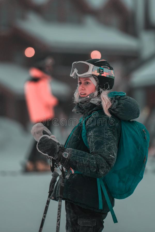 Feriado de inverno nas montanhas, esqui bonito das meninas imagens de stock royalty free