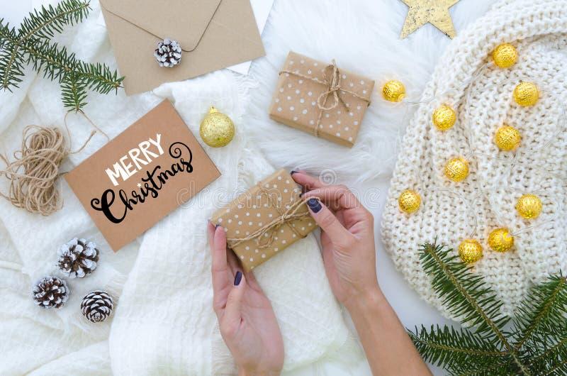 Feriado do Natal Cartão feito à mão do Feliz Natal com rotulação da mão Composição do Xmas A mulher guarda um presente foto de stock