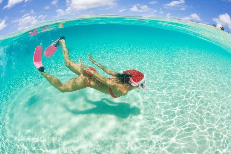 Feriado do Natal do snorkel da mulher foto de stock