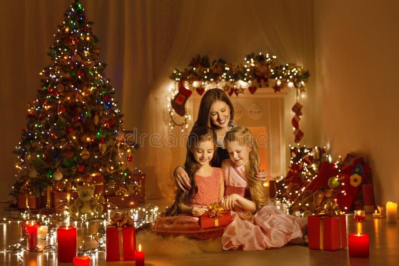 Feriado do retrato, da mãe e das filhas do Xmas da mulher da família do Natal fotografia de stock